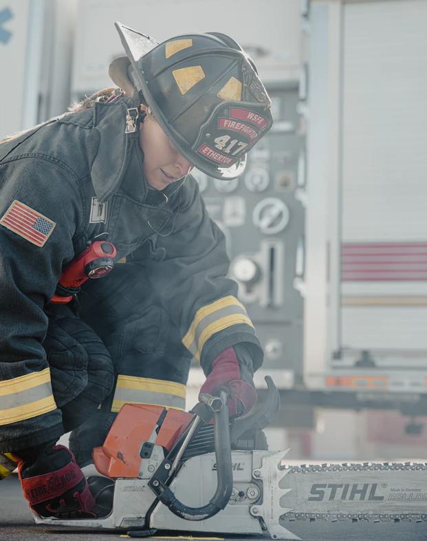 女性消防官